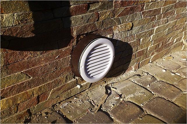 Электровентилятор вытяжной вентиляции в гараже.