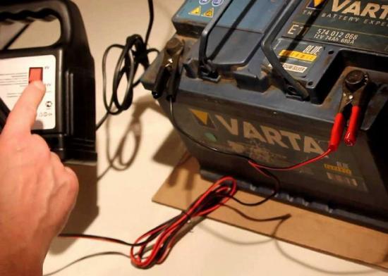 Напряжение зарядки должно составлять 14-16 вольт