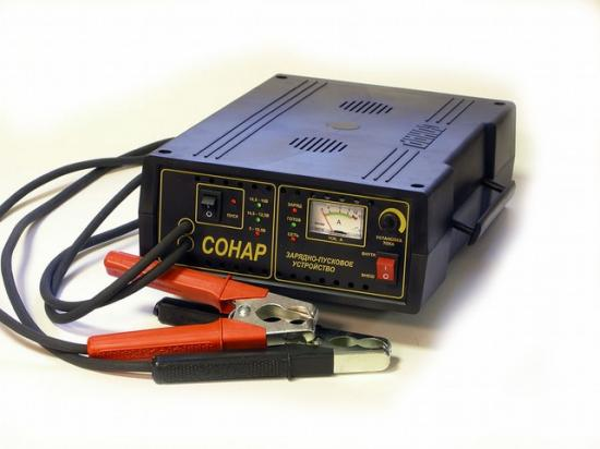 Выдаёт 14 вольт постоянного тока